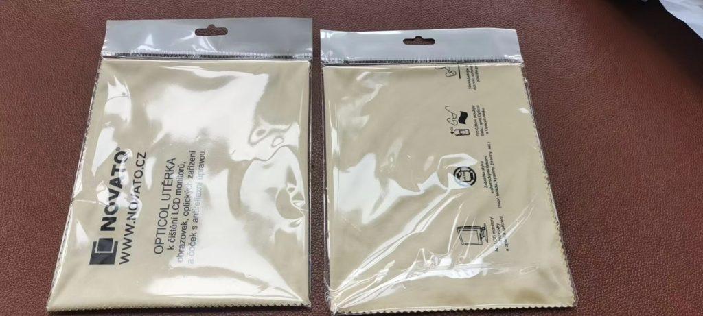 zakázkové balení a skládání mikro utěrky po kuse do obalu pro zavěšení