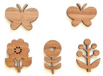 dřevěné odznaky ve tvaru na přání